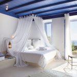 Морское оформление спальни с белым балдахином