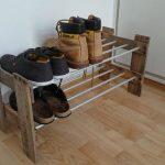 Обувная полка из досок и металлических труб
