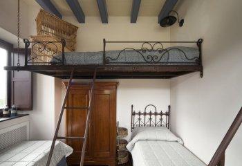 Полуторная подвесная кровать с кованными элементами