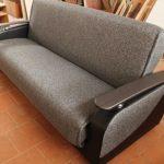 Простой серый диван-книжка для небольшой комнаты