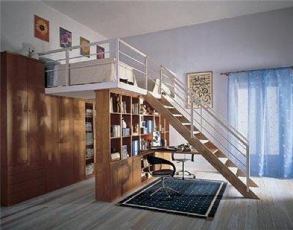 Просторный 2 этаж для размещения спальных мест с ограждением и безопасными ступенями с перилами для кроватей