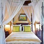 Красивый прозрачный балдахин над кроватью