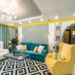 Разноцветные диваны для необычной гостиной