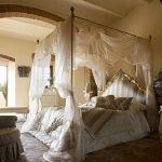 Кровать с балдахином в стиле барокко
