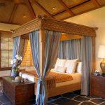 Голубой балдахин и роскошная кровать из дерева