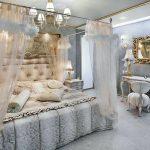 Спальня в серо-голубых тонах с воздушным балдахином