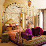 Восточные мотивы в современной спальне с бадахином