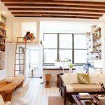 Стильное оформление комнаты с кроватью под потолком