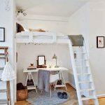 Удобная белая кровать под потолком в нише
