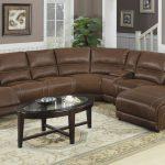 Удобный и вместительный коричневый кожаный диван