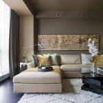 Угловой диван с разноцветными подушками в современной гостиной