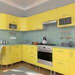 Угловой желтый кухонный гарнитур на современной кухне