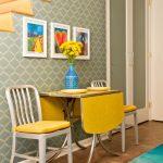 Яркий раскладной стол в интерьере