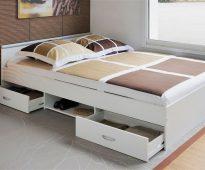 Ящики и полки под кроватью для рационального использования