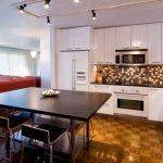 Белая кухня до потолка в квартире-студии