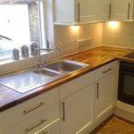 Белая кухня со столешницей из натурального дерева