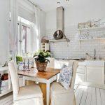 Белая кухня в деревенском стиле без навесных шкафов