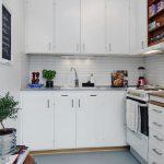 Белоснежная кухонная мебель с навесными шкафами до потолка