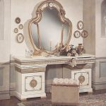 Белый столик с зеркалом с золотистым декором