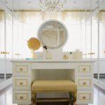 Белый туалетный столик с золотыми элементами