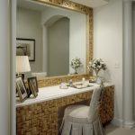 Большое зеркало и встроенный столик с плетеным оформлением
