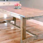 Большой кухонный стол из дерева