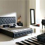 Декор кровати и пуфика в спальне каретной стяжкой