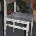 Декупаж простыми газетами для обновления старого стула
