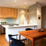 Деревянная кухня с каменной столешницей и шкафами до потолка