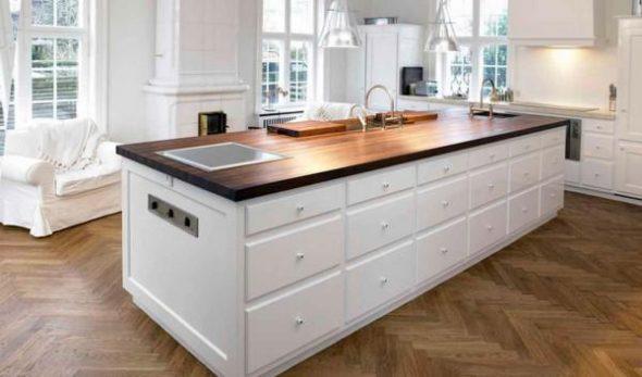 Деревянная столешница на белоснежной кухне