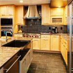 Деревянные шкафчики до потолка на кухне