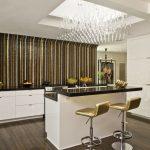 Экстравагантная полосатая кухня без верхних шкафов