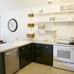 Контрастная угловая кухня без верхних шкафчиков