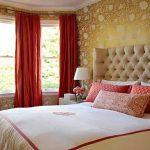 Красивая большая кровать с изголовьем из каретной стяжки