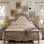 Красивое винтажное изголовье кровати с мягкой вставкой