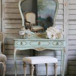 Красивый столик с винтажными элементами под старину