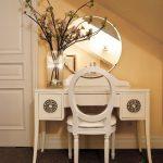 Круглое зеркало и небольшой туалетный столик