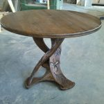 Круглый сосновый стол с резьбой