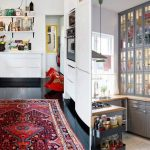 Кухня без верхних шкафов с шкафами-колоннами