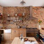 Кухня с кирпичной стенкой без навесной мебели