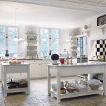 Кухня с шахматной стенкой без навесных шкафов
