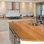 Кухонный гарнитур с деревянной столешницей