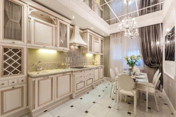 Шикарный кухонный гарнитур с высокими шкафчиками