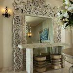 Необычный консольный столик у большого зеркала