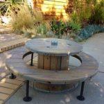 Необычный самодельный стол и скамейки круглой формы