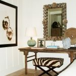 Оформление туалетного столика и зеркала в коричневых тонах