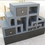 Оригинальный картонный коробок с открытыми полками и выдвижными ящиками