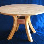 Простой круглый стол на гнутых ножках