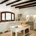 Просторная кухня с балками без навесных шкафчиков