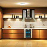 Просторная кухня с подсветкой и высокими шкафчиками